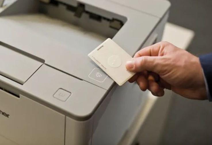 Usuario utilizando en una impresora la solución Secure Print+ de Brother