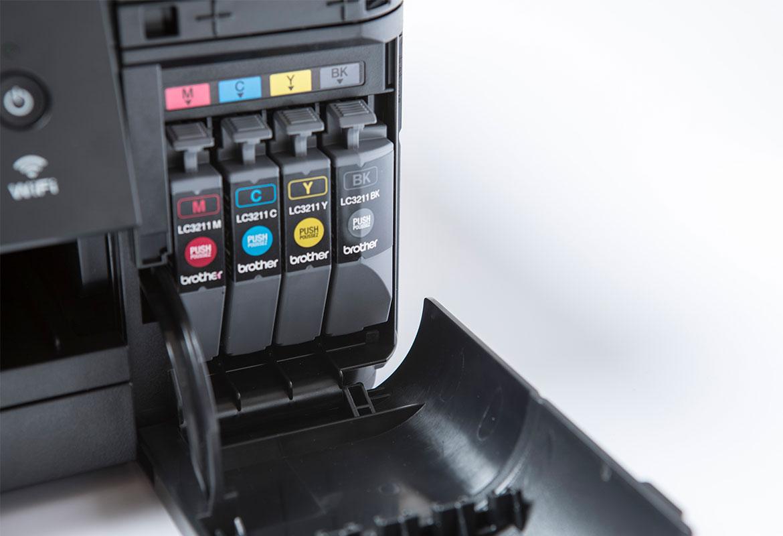 cuatro cartuchos de tinta dentro de una impresora hermano